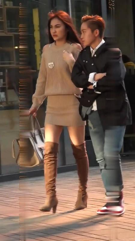 露脸抄底长靴丁字裤颜值超高的短裙美女