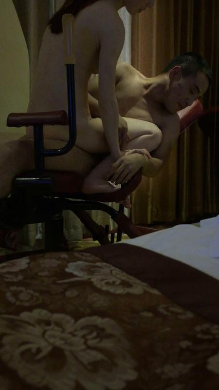企业老板与女员工在情趣酒店炮椅上啪啪,女的叫声十分诱人,皮肤白嫩,露脸国语对白淫荡
