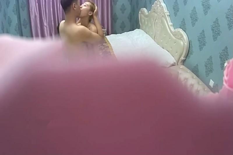 银色欧式大床偷拍小伙搞女炮友尖叫声估计隔壁房都能听到骚逼淫荡对白