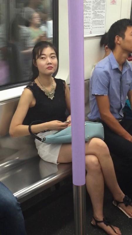 露脸抄底白色短裙长腿御姐,皮肤很白嫩,偷拍过程竟偶遇同行,美女真是魅力巨大